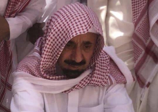 """شاهد من مقبرة العود .. لقطات مؤثرة لـ """"جلوي بن عبدالعزيز"""" لحظة دفن والدته"""