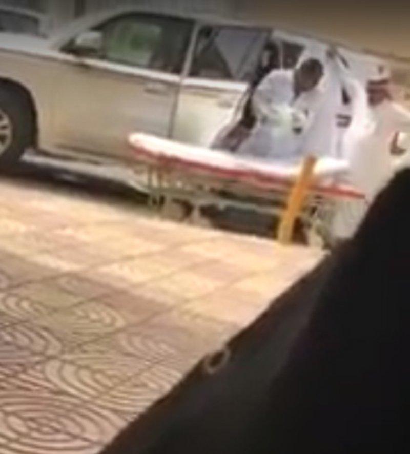 بالفيديو.. صرخاتها لم تشفع لها.. سيدة تضع مولودها بالسيارة بعد رفض تنويمها
