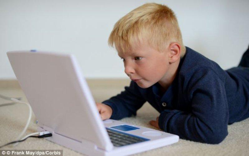 """""""مشكلة كل بيت"""".. 7 قواعد ذهبية لإبعاد طفلك عن الجوال والألعاب الإلكترونية"""