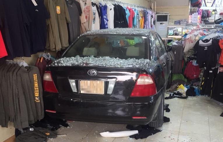 شاهد كاميرا مراقبة توثق لحظة اقتحام مركبة تقودها سيدة لمحل تجاري بالإحساء