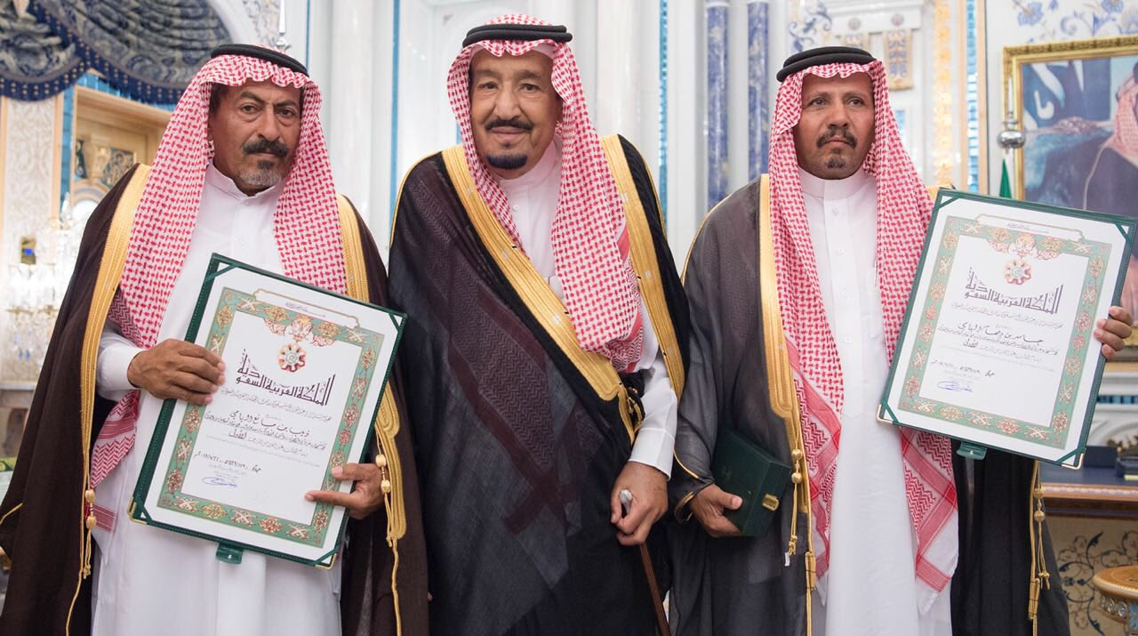 خادم الحرمين يمنح وسام الملك عبدالعزيز للطالبين الشهيدين جاسر وذيب ومليون ريال لورثة كل منهما