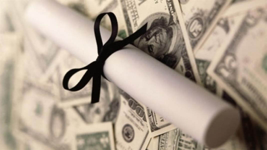 كاتب يروي قصة حصوله على 5 شهادات علمية في جلسة واحدة بـ120 دولاراً