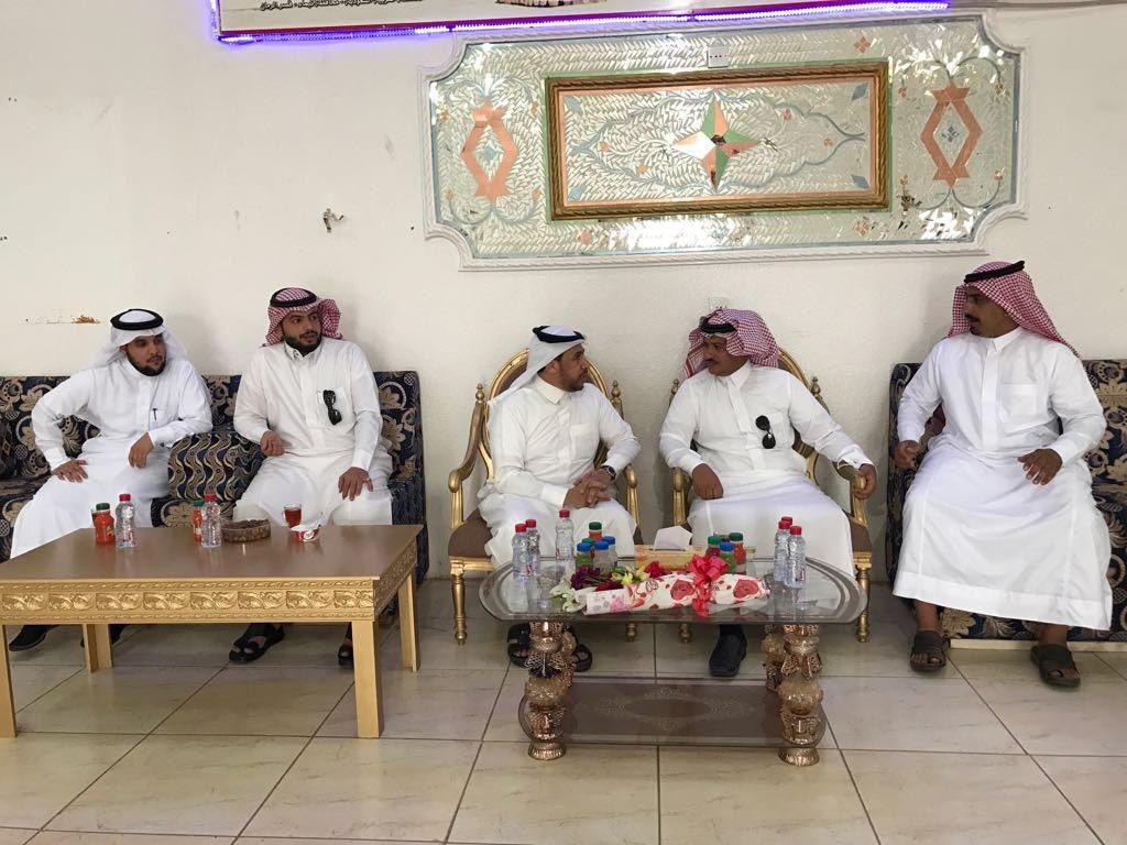 مدير بريد تبوك يكمل فرح عروسه بإيصال فستان زفافها إلى محافظة تيماء