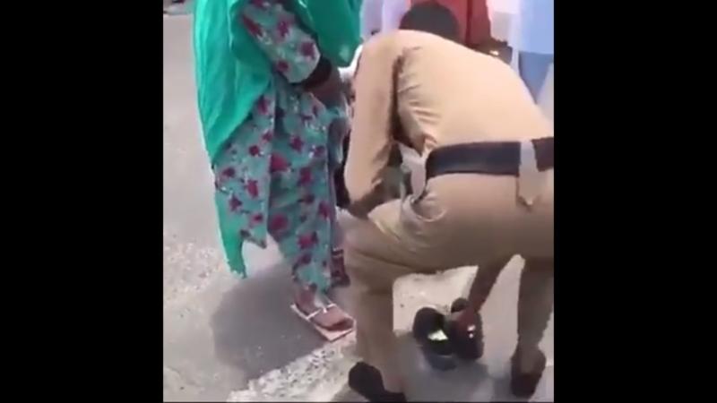 شاهد.. رجل أمن يخلع حذاءه ويعطيه لإحدى حاجات بيت الله