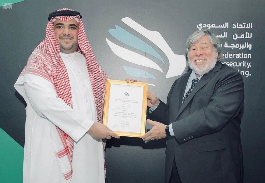 الاتحاد السيبراني يمنح مؤسس أبل منصب سفير البوابة التقنية السعودية