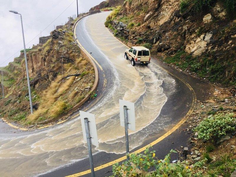مناظر خلابة لجريان الأمطار على منحنيات الجبال في الداير (فيديو وصور)