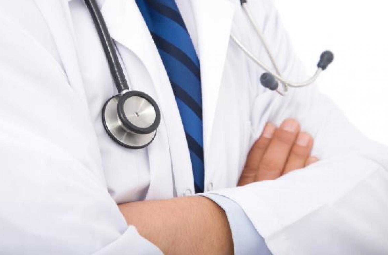 لماذا يقاطع الأطباء المرضى بعد ثواني من الشكوى؟.. مختصون يكشفون السبب
