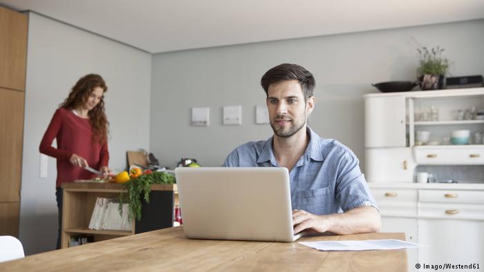دراسة تحذر: العمل خارج أوقات الدوام مضر لك ولعائلتك
