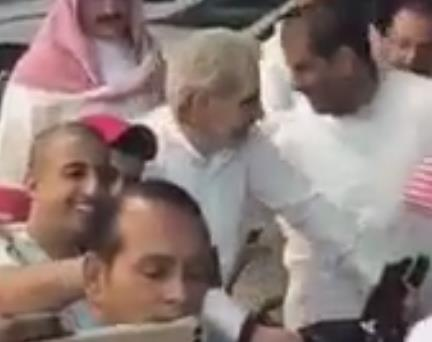 بالفيديو.. الوليد بن طلال يقود الدراجة في شوارع الرياض ويتوقف في محل خضراوات