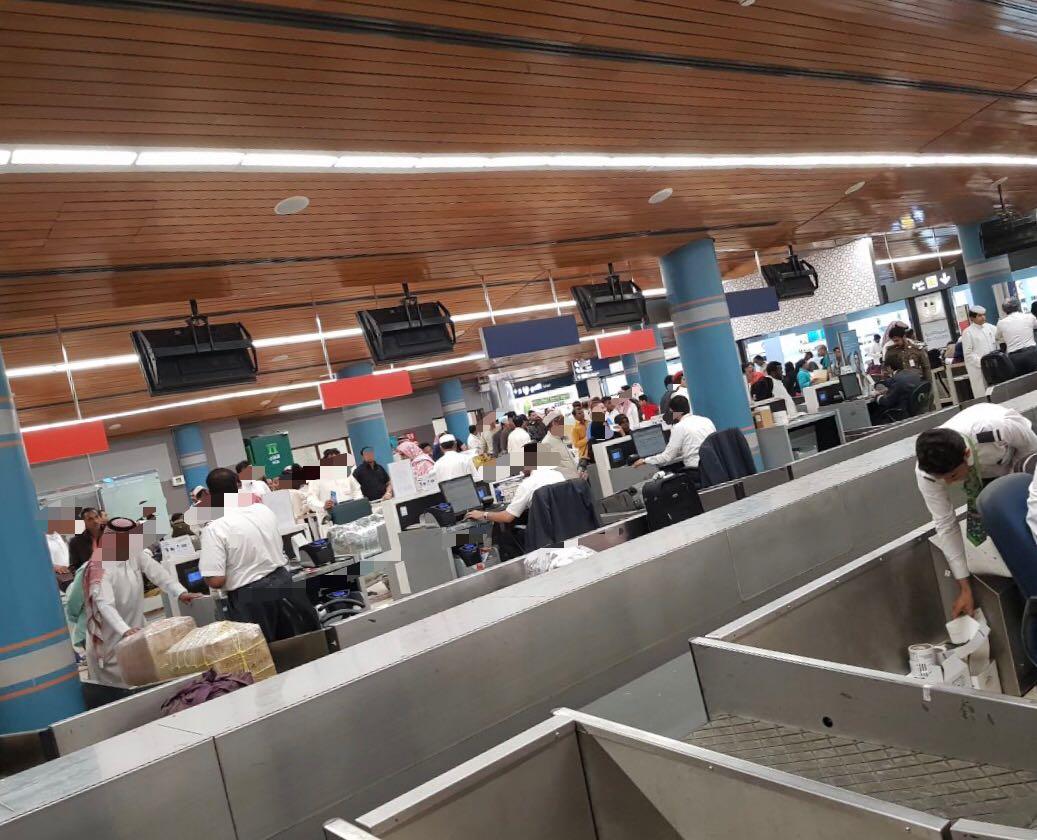 الخطوط السعودية تقتل فرحة عائلة بأكملها.. مسافر يروي قصته في مطار أبها