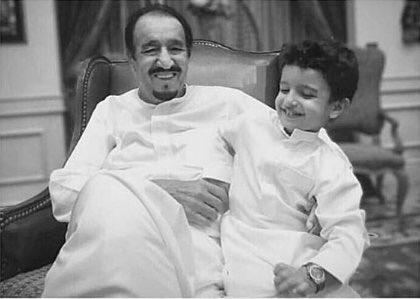 صورة عفوية لخادم الحرمين مع حفيده عبدالعزيز