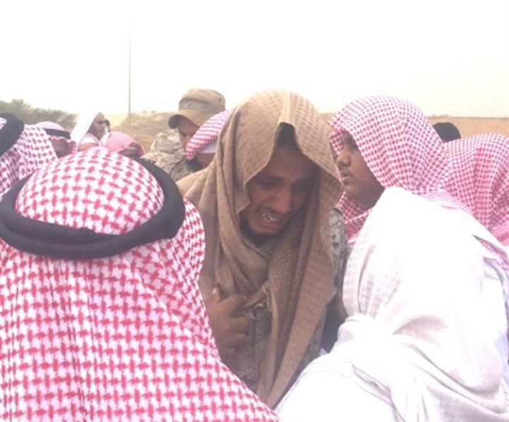 صورة مؤثرة لأحد زملاء الشهيد نجمي أثناء دفنه.. وبكائه عند القبر: أبشرك قتلناهم