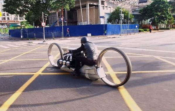 دراجة نارية بعجلات عملاقة ومحرك طائرة بقوة 300 حصان
