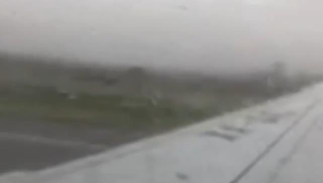 وسط حالة من الهلع.. فيديو يوثق إقلاع الطائرة المكسيكية ومن ثم سقوطها فورا ونجاة ركابها