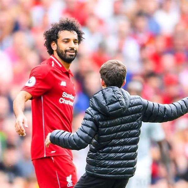 """طفل يقتحم ملعب ليفربول للسلام على """"صلاح"""".. وهكذا تعامل معه (فيديو)"""