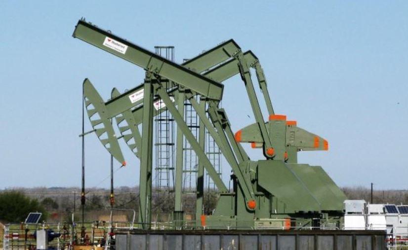 أسعار النفط تنخفض أكثر من 1 % وتتجه لثالث خسارة أسبوعية