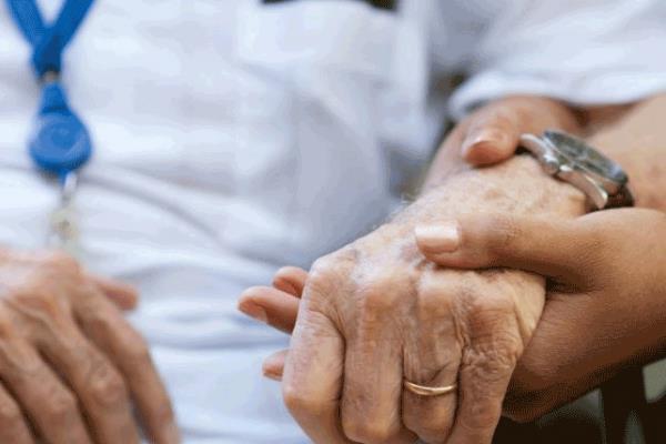 تعرّف على عدد المسنين بالمملكة وكم تبلغ نسبة السعوديين منهم؟ وما الأمراض التي يعانون منها؟