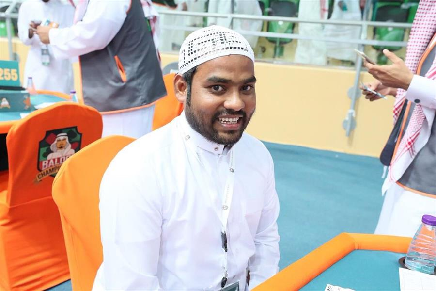 بالصور.. سعودي ومكفوله البنغلاديشي يشاركان في بطولة المملكة الثانية للبلوت