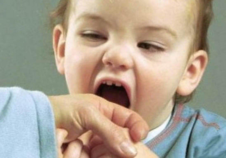 كيف يجب التعامل مع الطفل الذي «يعض ويركل»؟