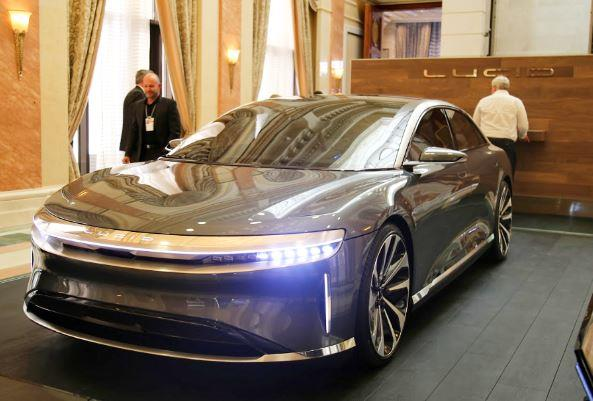 """شاهد.. السيارة الكهربائية """"لوسيد إير"""" تظهر لأول مرة في المملكة في مؤتمر """"مستقبل الاستثمار"""""""