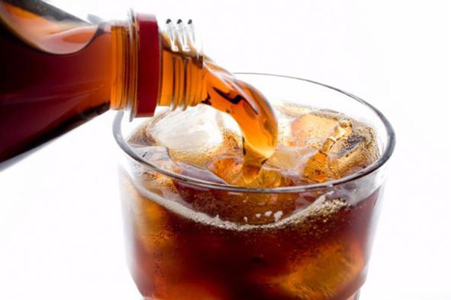"""""""الصحة"""": دراسة علمية تثبت تسبب المشروبات الغازية في الإصابة بالخرف والسكتة الدماغية"""