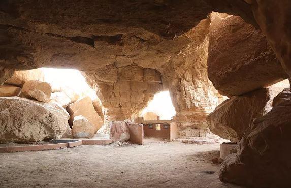 بالفيديو والصور.. جبل القارة بالأحساء.. معلم سياحي يتميز بجمال مغاراته ووجوده وسط النخيل والبساتين