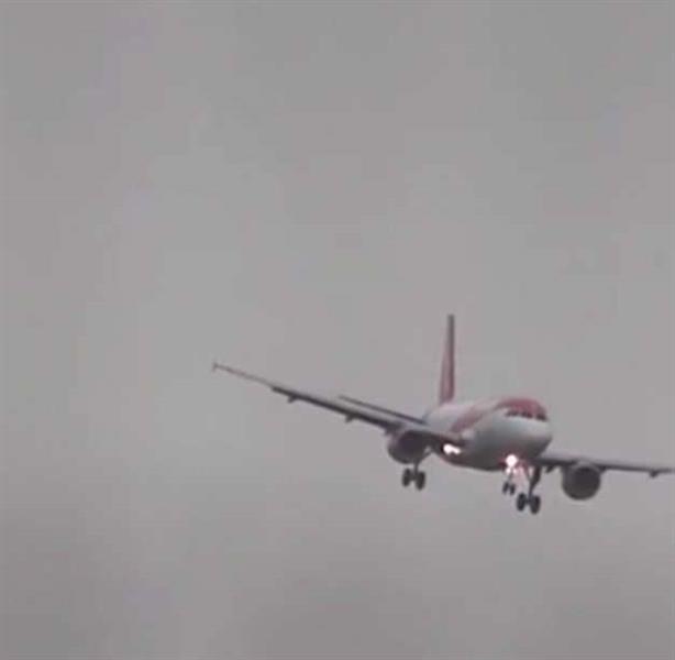 شاهد.. لحظات مخيفة لطائرات تترنح في الجو بسبب عاصفة تضرب بريطانيا