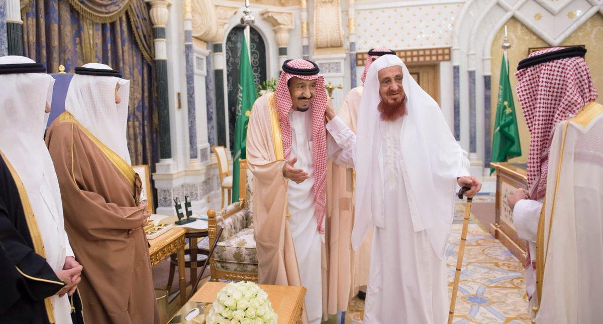 الملك يستقبل عددًا من الوزراء السابقين والكتاب والمثقفين