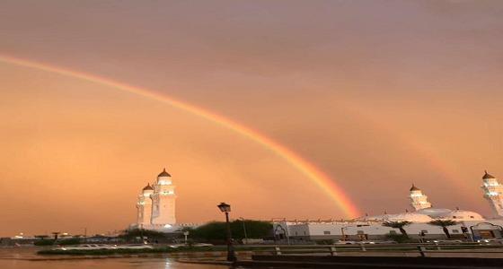 """بالفيديو والصور.. """" قوس قزح """" يزين سماء المدينة ومشهد روحاني مع المسجد النبوي"""