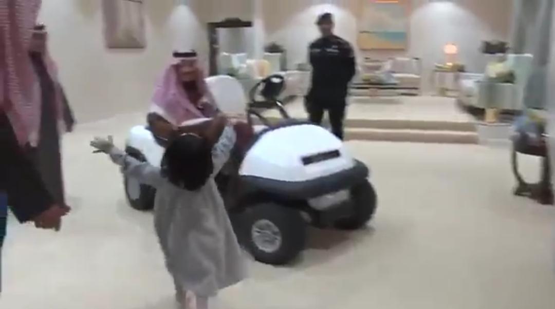 الملك سلمان يقابل طفله زعلانه عليه