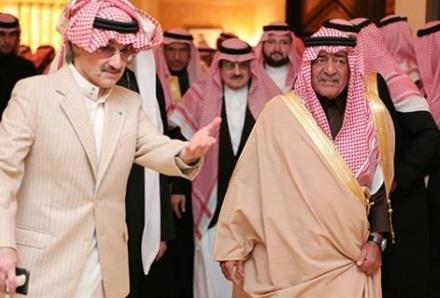 بالفيديو والصور.. أبناء الأمير طلال بن عبدالعزيز يتلقون العزاء في وفـاة والدهم