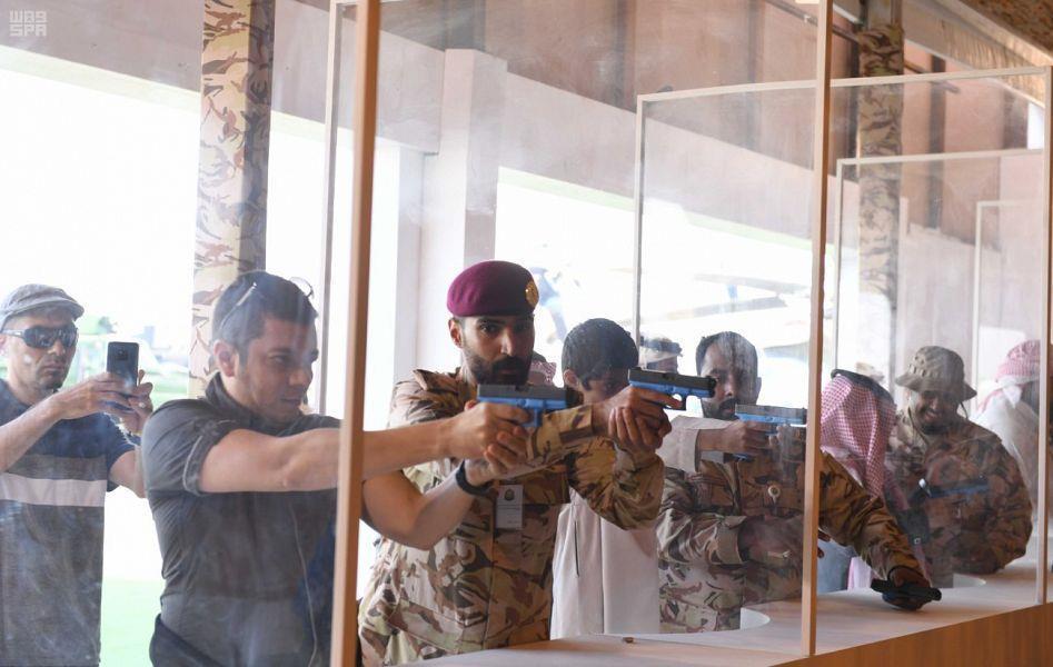 """باستخدام مسدس من نوع """"جلوك"""".. """"أمن الدولة"""" يُوفر تجربة رماية حية للزوار بالجنادرية (صور)"""