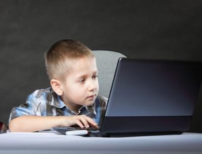 تعرف على أعراض إدمان طفلك للكمبيوتر