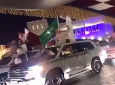 بالفيديو.. قطريون يتحدون الحمدين ويرفعون علم المملكة في قلب الدوحة