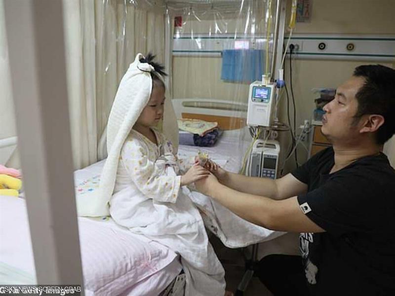 بالصور.. أب يزف طفلته على فراش الموت لتحقيق حلمها!