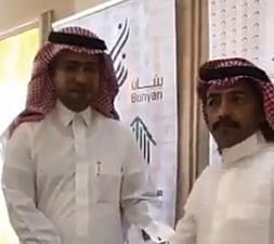 """""""هذا حلم ولا علم"""".. فيديو يوثق فرحة مواطن خلال تسلم منزله من وزير الإسكان"""
