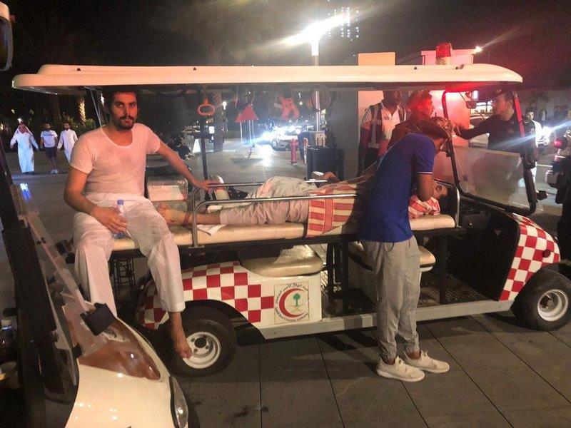 في موقف بطولي وإنساني نبيل.. مواطن يغامر بحياته لإنقاذ شاب من الموت غرقاً داخل بحر جدة