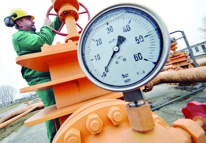 """النفط يقفز 8% بعد تلويح """"أوبك"""" باجتماع استثنائي"""