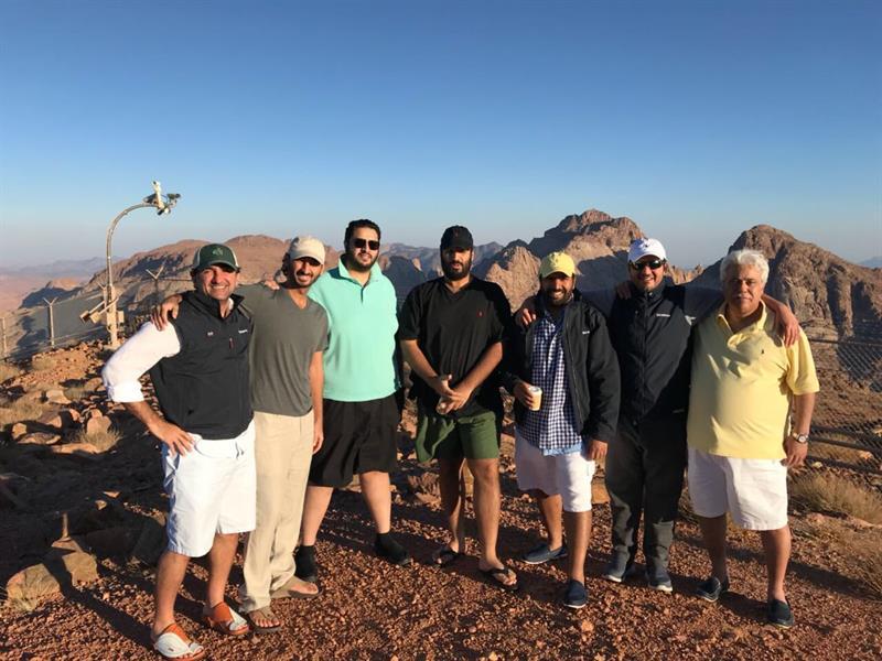 بالصور.. ولي العهد وعدد من المسؤولين في نزهة جبلية