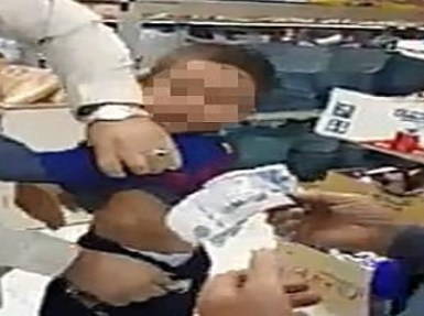 طفل يبكي أثناء تفتيش عامل له وإخراج نقود من بنطاله