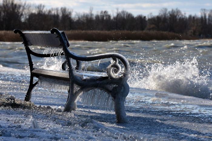 درجات الحرارة المتجمدة تحول بحيرة بالاتون إلى مشهد لا يُصدق!