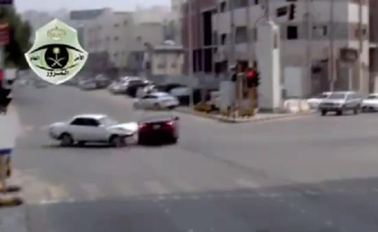 """محذراً من قطع الإشارة الحمراء.. """"المرور"""" ينشر مقطعاً لحادث مروري وثقته الكاميرات"""