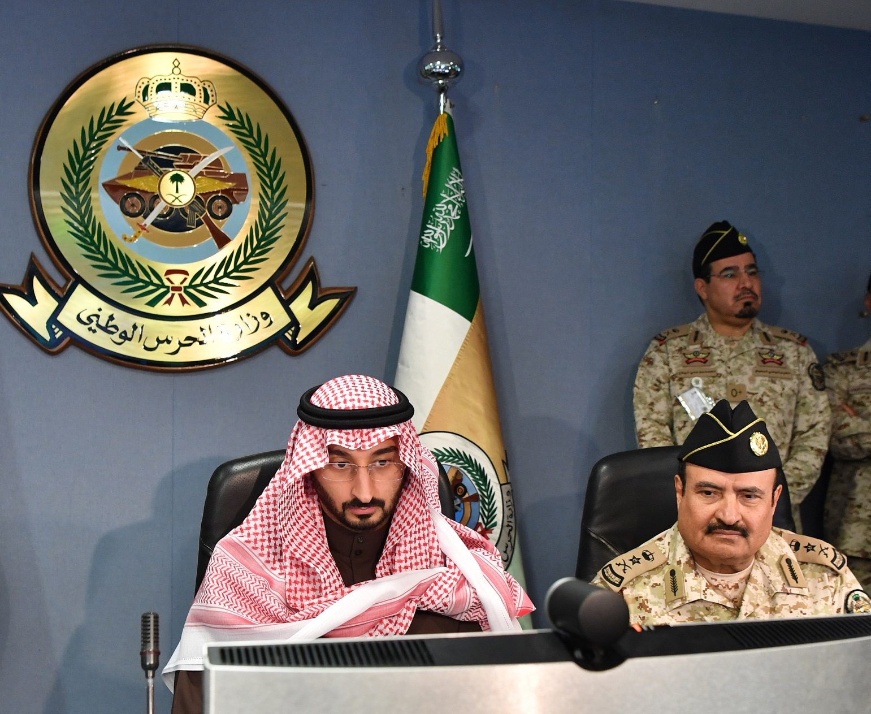 صور.. عبدالله بن بندر يُجري اتصالاً مرئيًا بقوات الحرس الوطني في الحد الجنوبي