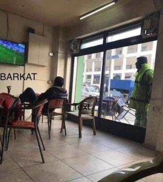 هذا ما فعله ملك الأردن مع عامل نظافة يشاهد مباراة بلاده من خلف الزجاج