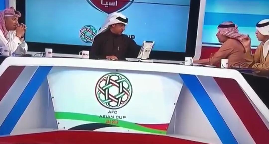 سقوط المحلل عبدالرحمن محمد مغشياً عليه على الهواء مباشرة