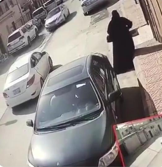 الإطاحة بامرأتين زعمت إحداهما الانتماء للأجهزة الأمنية وفتشت منزلاً في الرياض