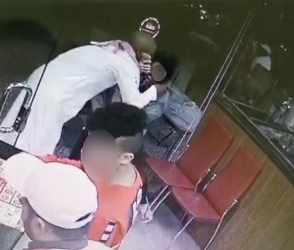 شرطة الرياض تقبض على مواطن ظهر بهذا المقطع وهو يتحرش بامرأة في مطعم
