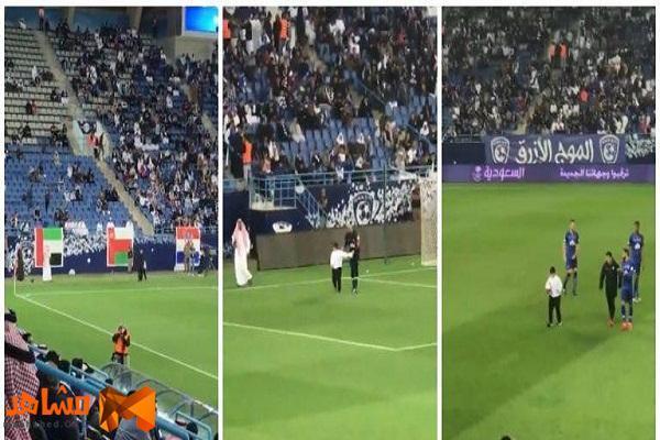 بالفيديو : طفل يقتحم الملعب ويؤخر مباراة الهلال والقادسية .. شاهد ردة فعل اللاعبين