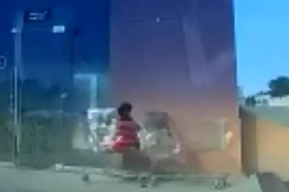 بالفيديو.. إنقاذ طفل من سقوط مروع في اللحظات الأخيرة بعد أن تركته أمه في عربة التسوق
