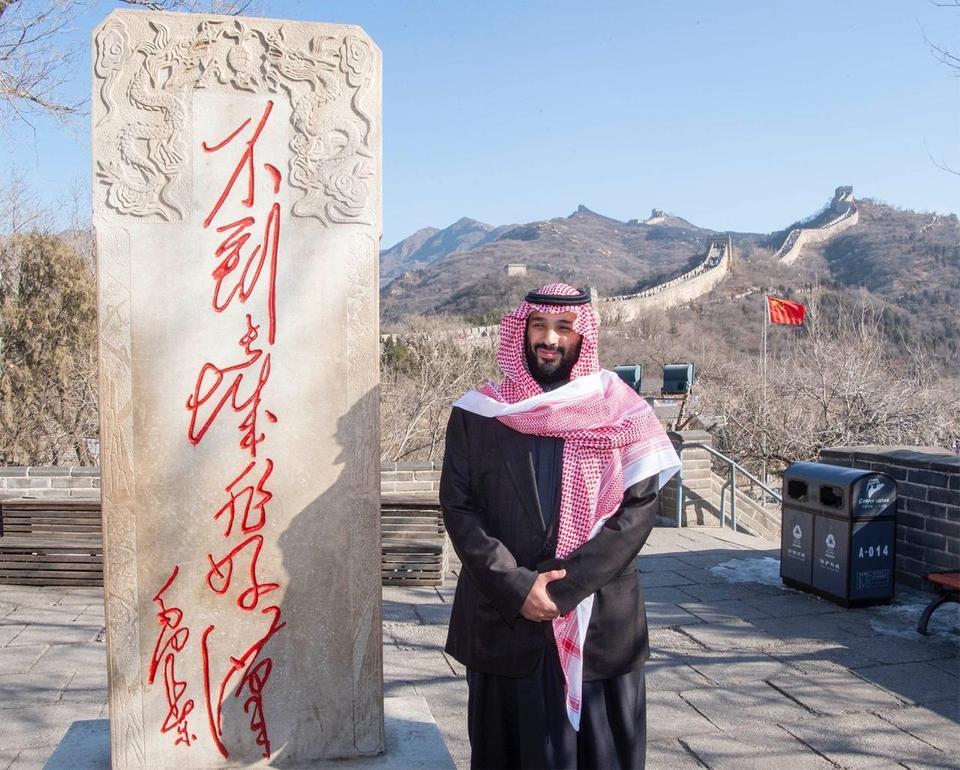 المكتوب على النصب التذكاري بجوار صورة ولي العهد مقولة للزعيم الصيني ماو .. وهذه ترجمتها